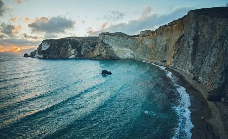 Source: https://weheartit.com/entry/317221219?context_page=7&context_query=ocean+cliff&context_type=search