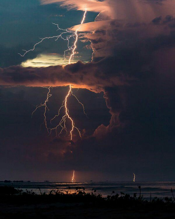 Source: https://weheartit.com/entry/321664929?context_page=5&context_query=lightning+photography&context_type=search