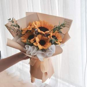 Source: https://weheartit.com/entry/326694282?context_page=6&context_query=yellow+bouquet&context_type=search