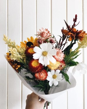 Source: https://weheartit.com/entry/327631776?context_page=6&context_query=white+flower+bouquet&context_type=search