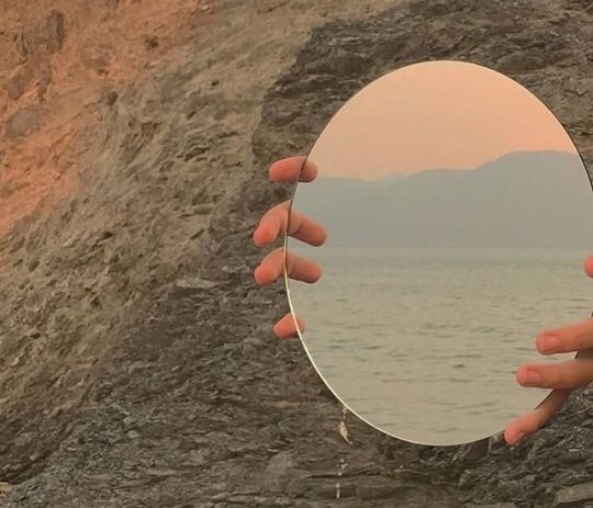 Source: https://weheartit.com/entry/330070016?context_query=mirror+photography&context_type=search